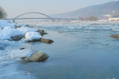 Eisiger Donaustrand mit Marienbrücke